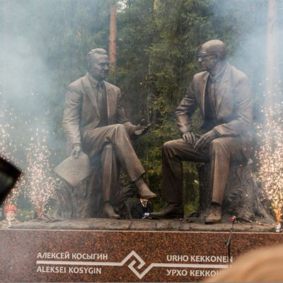 Pääministeri Aleksei Gosyginin ja presidentti Urho Kekkosen patsaan paljastustilaisus Kostamuksessa syyskuussa 2013