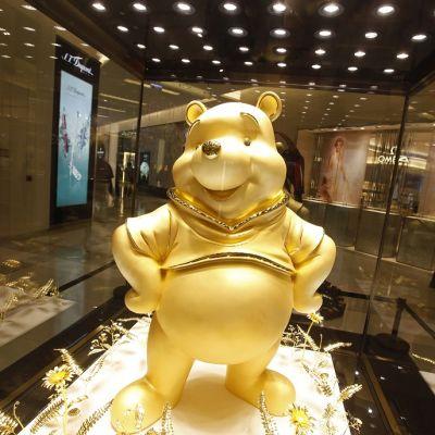 Kultainen Nalle Puh -patsas.