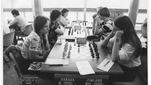 Svartvit bild från 70-talet. Sex kvinnor som spelar schack.