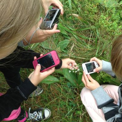 Lapset kuvaavat luontoa.
