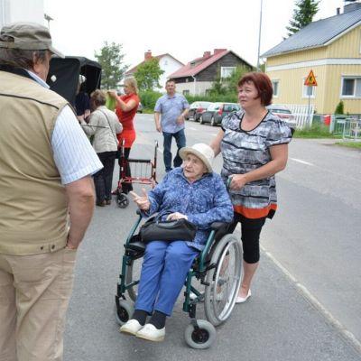 Vanhusten ulkoilutus Torniossa.