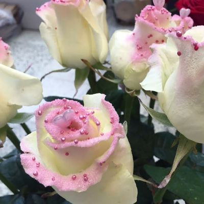 Koristeltuja ruusuja kukkakaupassa.