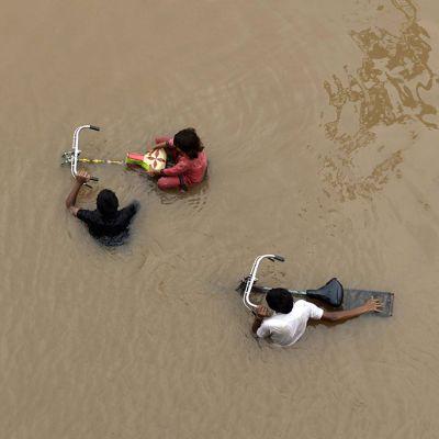 Pakistanilaisia tulvavesien saartamana Lahoressa 4. syyskuuta 2014.