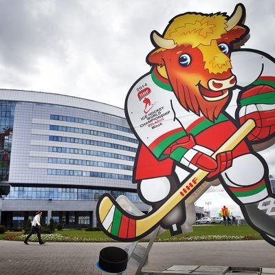 Jääkiekon MM-kisojen maskotti Minsk-Areenan edessä.
