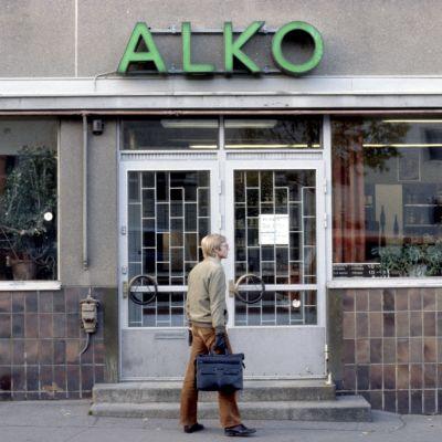 Vuosi 1979. Mies kävelee Alkoon.
