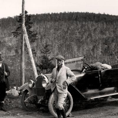 Kaksi miestä ja auto, Lampén ja Nummelin matkalla Petsamoon.