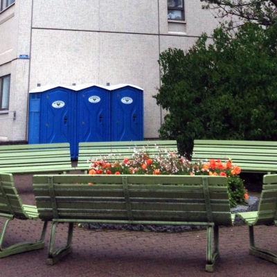 bänkar, blommor och toaletter för flyktingar vid böle polishus