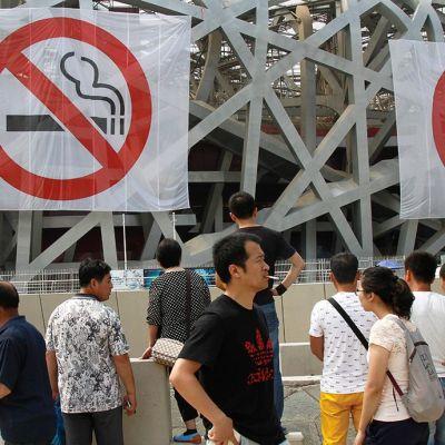 Tupakointikiellosta muistuttavia julisteita Pekingissä.
