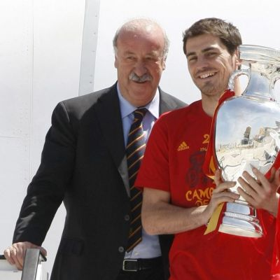 Päävalmentaja Vicente Del Bosque ja maalivahti Iker Casillas EM-pokaalin kanssa 2012.