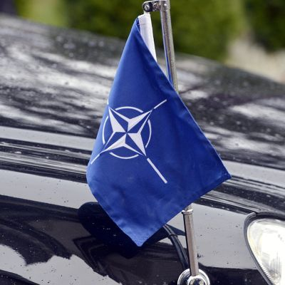 Naton lippu Anders Fogh Rasmussenin auton keulalla.