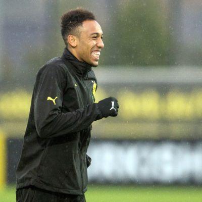 Borussia Dortmundin Pierre-Emerick Aubameyang hymyilee joukkuee harjoituksissa.