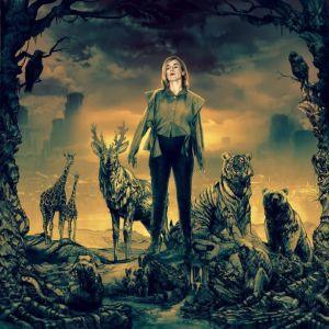 Omslaget till EP:n Arktiska oceanen med Annika Norlin där sångerskan står mitt bland vilda djur i en värld som brinner.