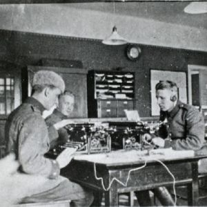 """Radiopataljoonan esikunnan miehiä """"Lutikkalinnassa"""" Katajanokalla v. 1924."""