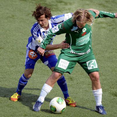 HJK:n Sebastian Mannström ja IFK Mariehamnin Petteri Forsell kamppailevat pallosta.