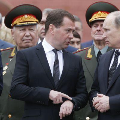 """Venäjän presidentti Vladimir Putin (oik.) ja pääministeri Dmitri Medvedev """"suuren isänmaallisen sodan"""" alkamisen muistopäivänä Moskovassa 22. kesäkuuta."""