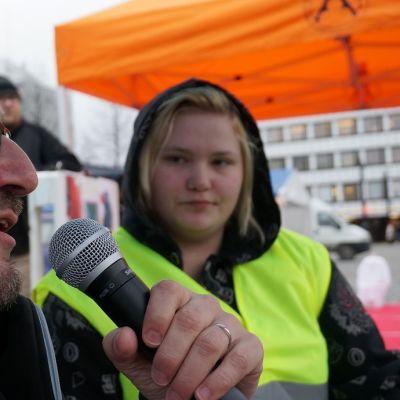 Kuopion kaupunginjohtaja Petteri Paronen vastasi torilla nuorten esittämiin tiukkoihin kysymyksiin.