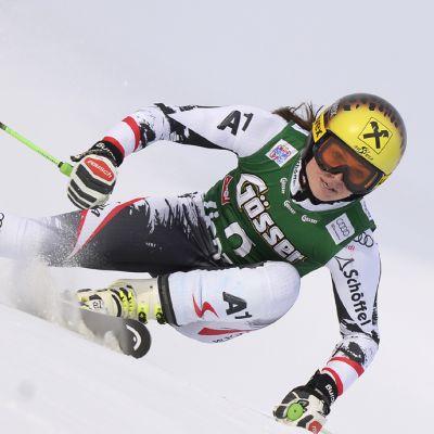 Itävallan Anna Fenninger suurpujottelurinteessä.