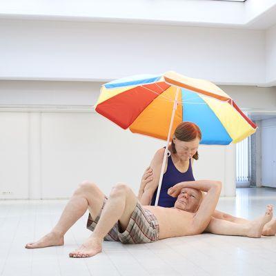 Veistos, Couple under an Umbrella | Pariskunta varjon alla. Sekatekniikka, 300 x 400 x 350 cm. Courtesy Hauser & Wirth / Anthony d'Offay, London