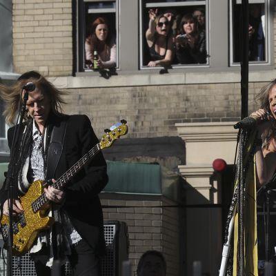 Aerosmith soittamassa kadulla.