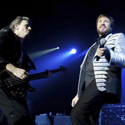 Duran Duranin laulaja Simon Le Bon (oikealla) ja basisti John Taylor lavalla.
