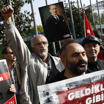 Mielenosoittajat kantoivat Mustafa Kemal Atatürkin kuvia ja huusivat Naton vastaisia iskulauseita Istanbulissa Turkissa 18.11.2017.
