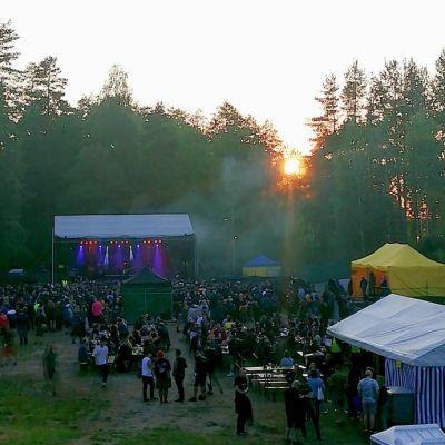 LPRHC Fest -tapahtuma-alue ylhäältä päin kuvattuna illan ruskossa.