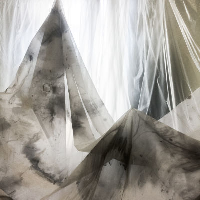 Ett av Sylvia Javéns verk ser ut som fläckiga lakan som bildar ett bergslandskap.