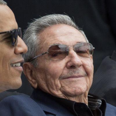 Barack Obama ja Raúl Castro hymyilevinä.