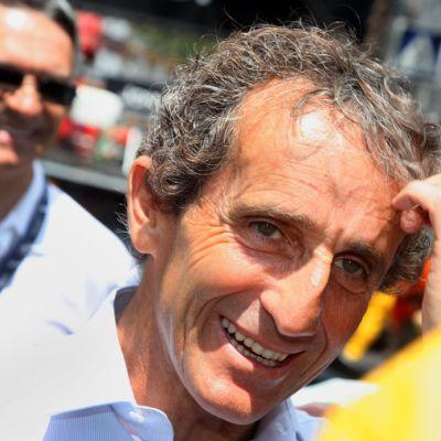 Entinen F1-mestari Alain Prost lähikuvassa.