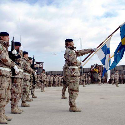 Ruotsin ja Suomen sotilaita ISAF -joukoissa.