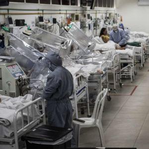 Potilaita ja henkilökuntaa sairaalassa