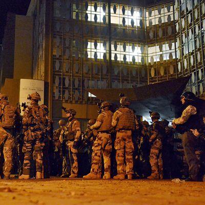Ranskalaiset sotilaat ovat asettuneet asemiin turistihotelli Splendidin ulkopuolelle Burkina Fason pääkaupunki Ouagadougoussa.