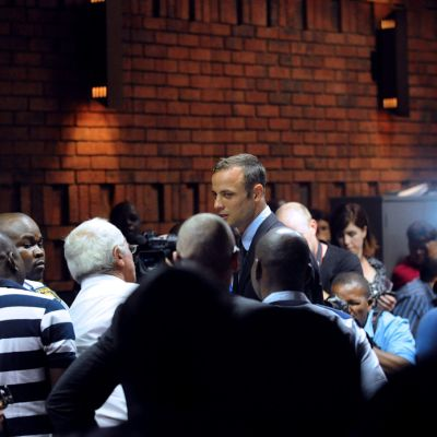 Oscar Pistorius saapumassa oikeuteen perjantaina.