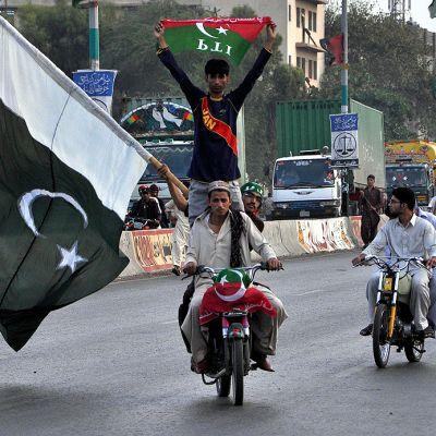PTI-puolueen ja sen johtajan Imran Khanin kannattajat huutavat vaalitulosta vastustavia iskulauseita mielenosoituskulkueessa.