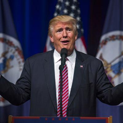 Trump levittelee käsiään.