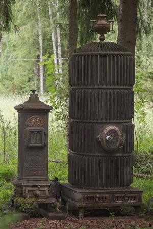 Kaksi vanhaa uunia vierekkäin Matti Järvenpään Rautapuistossa.
