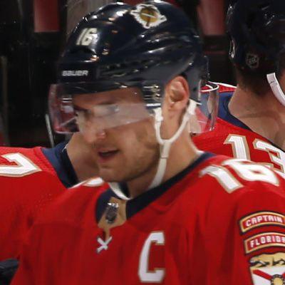 Aleksander Barkov jublar efter mål.