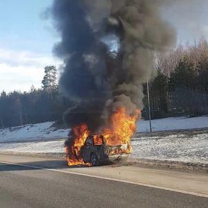 En bil brinner på motorvägen i Vasa.