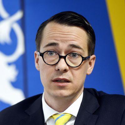 Puolustusministeri Carl Haglund (rkp).
