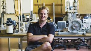 Rymdfysiker Patrik Norqvist i sitt laboratorium.