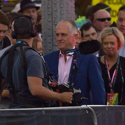 Malcolm Turnbull antaa radiohaastattelua ihmisjoukossa.