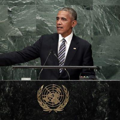 Kuvassa Barack Obama puhumassa YK:n yleiskokouksessa puhujanpöntön takana.