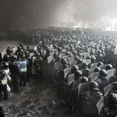 Mellakkapoliisit ja mielenosoittajat kohtasivat jälleen Kiovassa, Ukrainassa, 22. tammikuuta. Maan turvallisuusjoukot ovat ampuneet yhden mielenosoittajan tähän meneessä järjestetyissä mellakoissa.