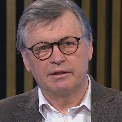 Professori Ilkka Juntunen kommentoi A-studiolle koronarokotteiden annosmääriä.