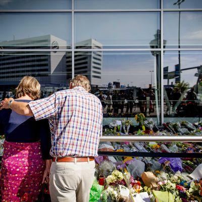 MH17-lennolla menehtyineiden muistoksi tuotuja kukkia Schipholin lentokentän edustalla Amsterdamissa 22. heinäkuuta.