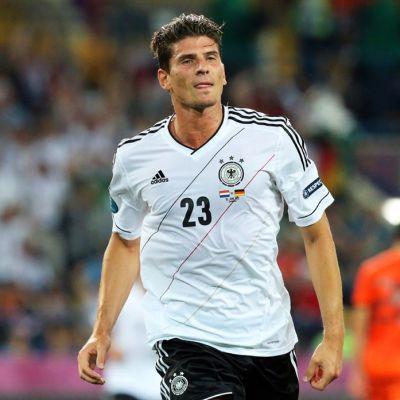 Saksan maajoukkueen Mario Gómez lähikuvassa.