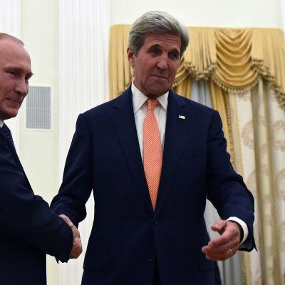 Venäjän presidentti Vladimir Putin ja Yhdysvaltain ulkoministeri John Kerry kättelevät.