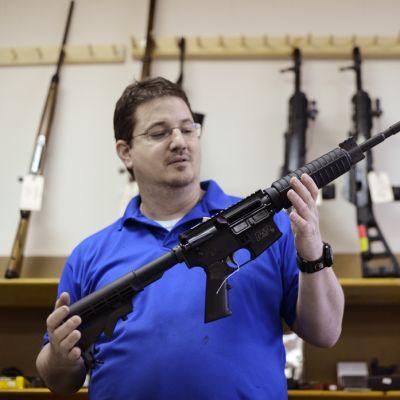 Ron Moon esittelee Smith & Wesson AR15 -tyyppistä M&P15-kivääriä asemyymälässään Tuckerissa, Gerogian osavaltiossa, 19. joulukuuta.