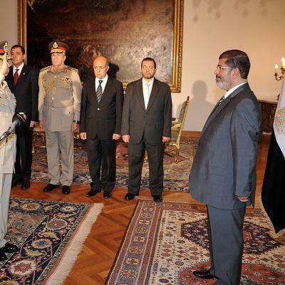 Egyptin vastanimitetty puolustusministeri Abdul-Fatah al-Sessi tervehtii presidentti Muhamed Mursia vannottuaan tälle virkavalansa.