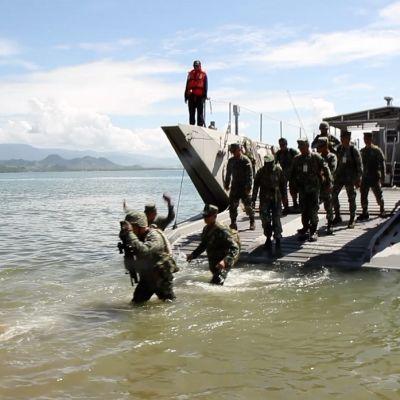 Amerikkalaissotilaat harjoittelevat maihinnousua yhteisissä sotaharjoituksissa Filippiinien kanssa.
